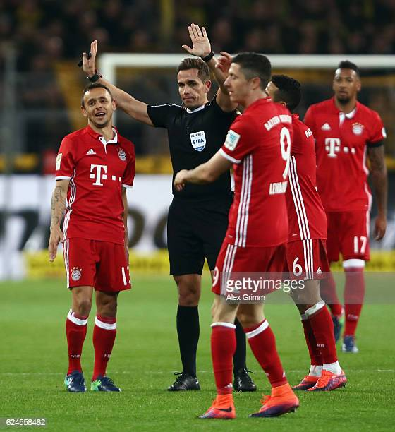 Players of Muenchen discuss with referee Tobias Stieler during the Bundesliga match between Borussia Dortmund and Bayern Muenchen at Signal Iduna...