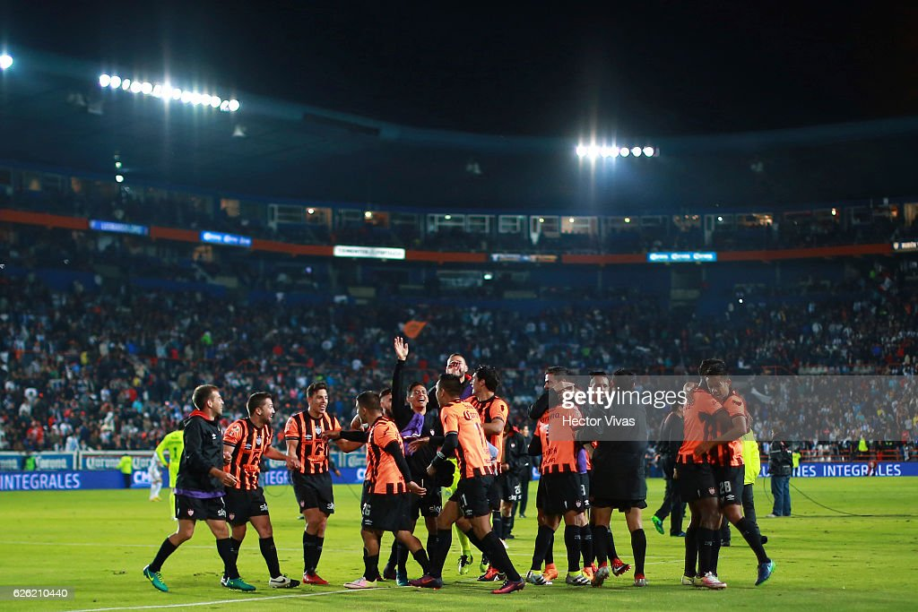 Players of Necaxa celebrate after the quarter finals second leg match between Pachuca and Necaxa as part of the Torneo Apertura 2016 Liga MX at Hidalgo Stadium on November 27, 2016 in Pachuca, Mexico.