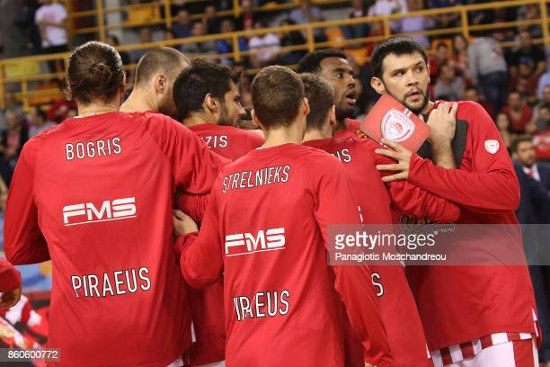 Players of Olympiacos gather during the 2017/2018 Turkish Airlines EuroLeague Regular Season Round 1 game between Olympiacos Piraeus v Baskonia...