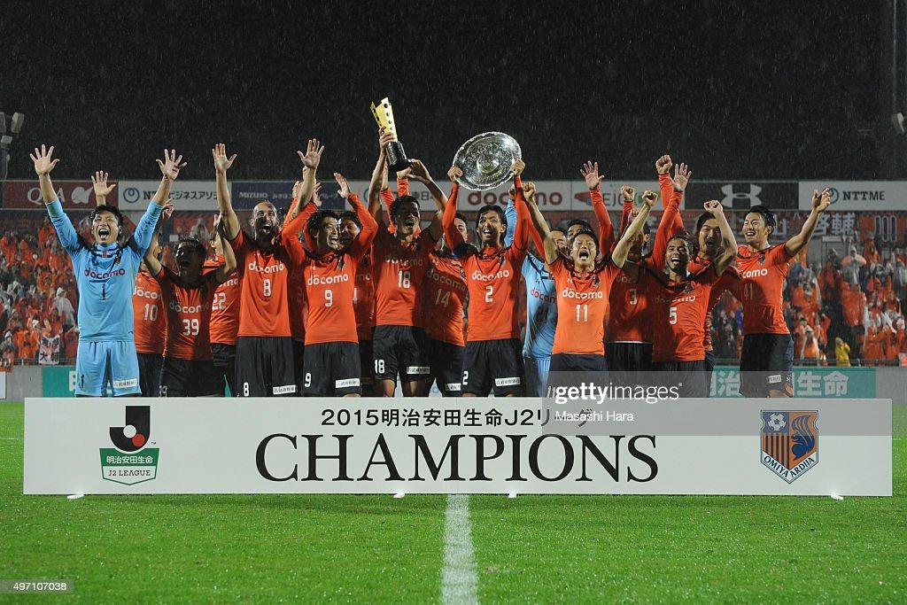 Players of Omiya Ardija celebrate the victory after the J.League second division match between Omiya Ardija and Oita Trinita.Omiya won the promotion to the J1 next season.At the Nack 5 Stadium Omiya on November 14, 2015 in Saitama, Tokyo, Japan.