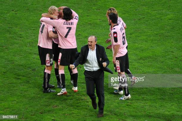 Players of Palermo anc coach Delio Rossi celebrate the Simon Kjaer's goal during the Serie A match between US Citta di Palermo and Cagliari Calcio at...