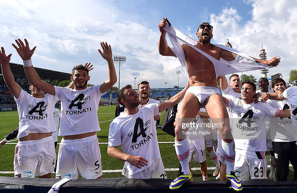 Players of Palermo celebrate after winning Serie B and gaining promotion to Serie A after the match between Novara Calcio and US Citta di Palermo at Silvio Piola Stadium on May 3, 2014 in Novara, Italy.
