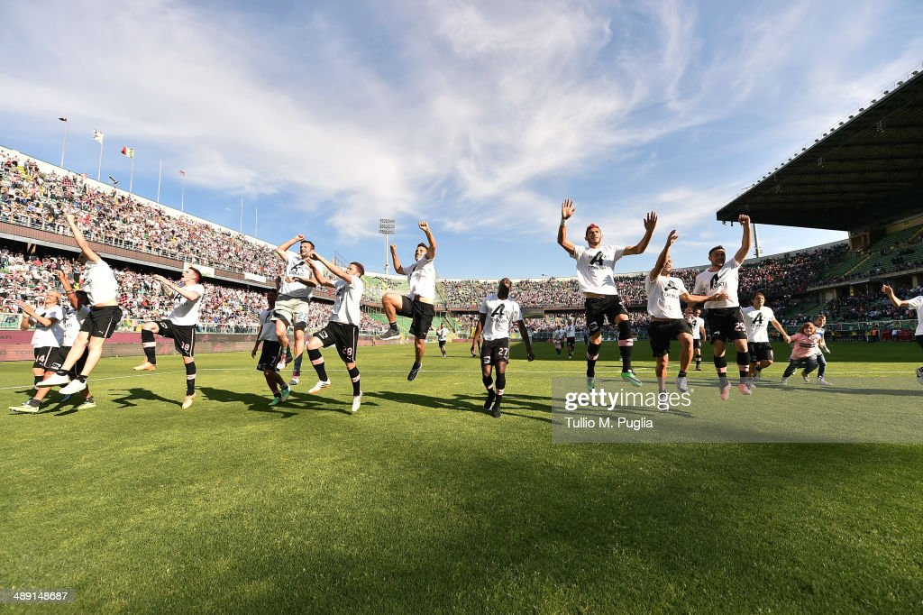 Players of Palermo celebrate promotion to Serie A after the Serie B match between US Citta di Palermo and SS Virtus Lanciano at Stadio Renzo Barbera...