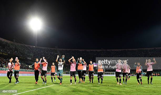 Players of Palermo greet supporters after equalizing the Serie A match between US Citta di Palermo and FC Internazionale Milano at Stadio Renzo...