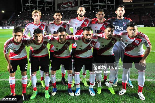 Players of River Plate pose for a team photo prior to a match between Colon and River Plate as part of Torneo Primera Division 2016/17 at Brigadier...