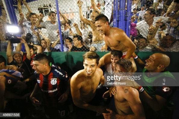 Players of San Lorenzo celebrate winning the Torneo Inicial 2013 after a match between Velez Sarsfield and San Lorenzo as part of round 19 of Torneo...