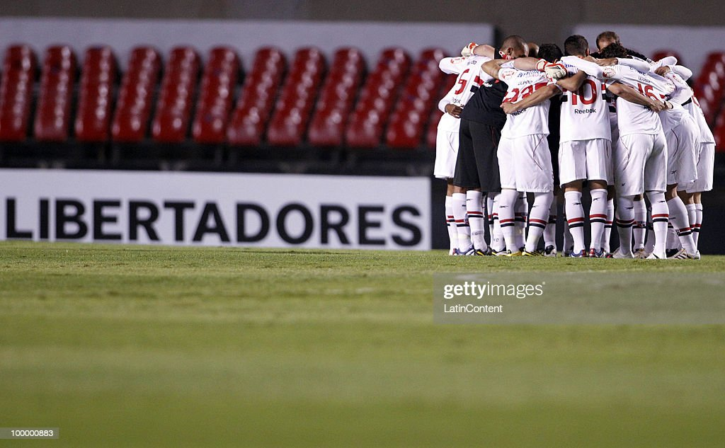 Players of Sao Paulo gather before a match against Cruzeiro as part of the Libertadores Cup 2010 on May 19, 2010 in Sao Paulo, Brazil.