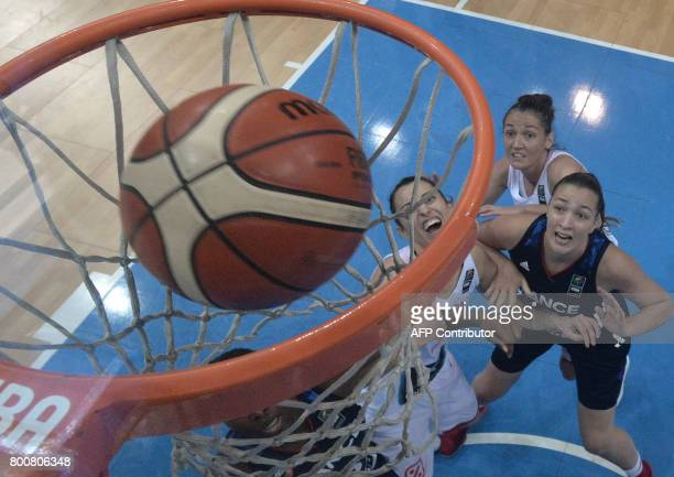 Players of Spain score a point during the FIBA EuroBasket 2017 women's final match between Spain and France in Prague on June 25 2017 / AFP PHOTO /...