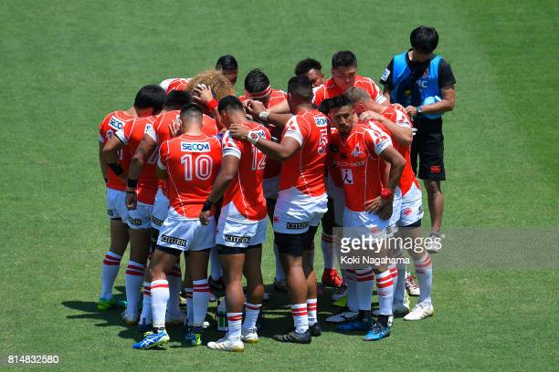 Players of Sunwolves form a huddle prior to kickoff prior to the Super Rugby match between the Sunwolves and the Blues at Prince Chichibu Stadium on...