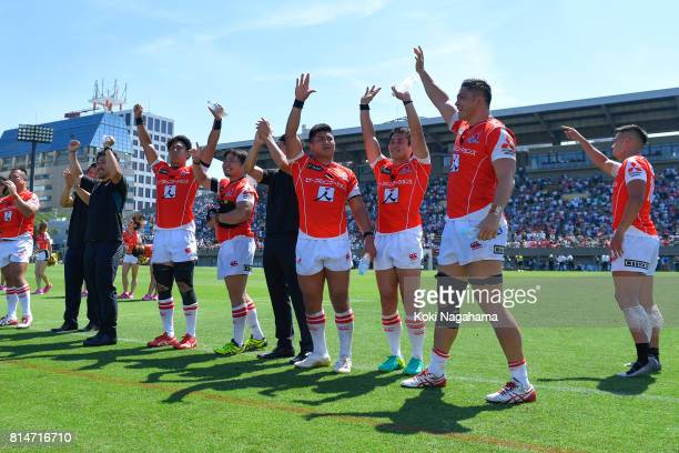 Players of Sunwolvws waves for fans after winning the Super Rugby match between the Sunwolves and the Blues at Prince Chichibu Stadium on July 15...