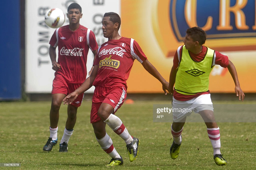 Players of the Peruvian U20 national football team take part in a training session in Lima on December 28, 2012 ahead of the U-20 South American Championship which will be held in Argentina from January 9, 2013 to February 3. The tournament grants four tickets for the 2013 FIFA U-20 World Cup to be held in Turkey. AFP PHOTO/ERNESTO BENAVIDES