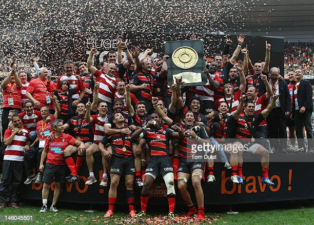 Players of Toulouse celebrate with the trophy after winning the French Top 14 Final match between Toulouse and RC Toulon at Stade de France on June...