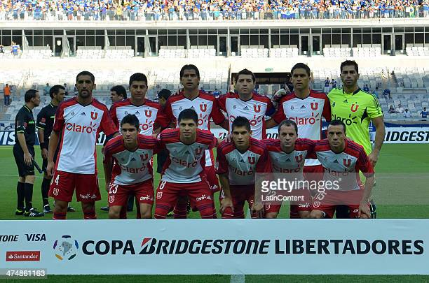 Players of U de Chile pose for a team photo before a match between Cruzeiro and U de Chile as part of Copa Bridgestone Libertadores 2014 at Mineirao...