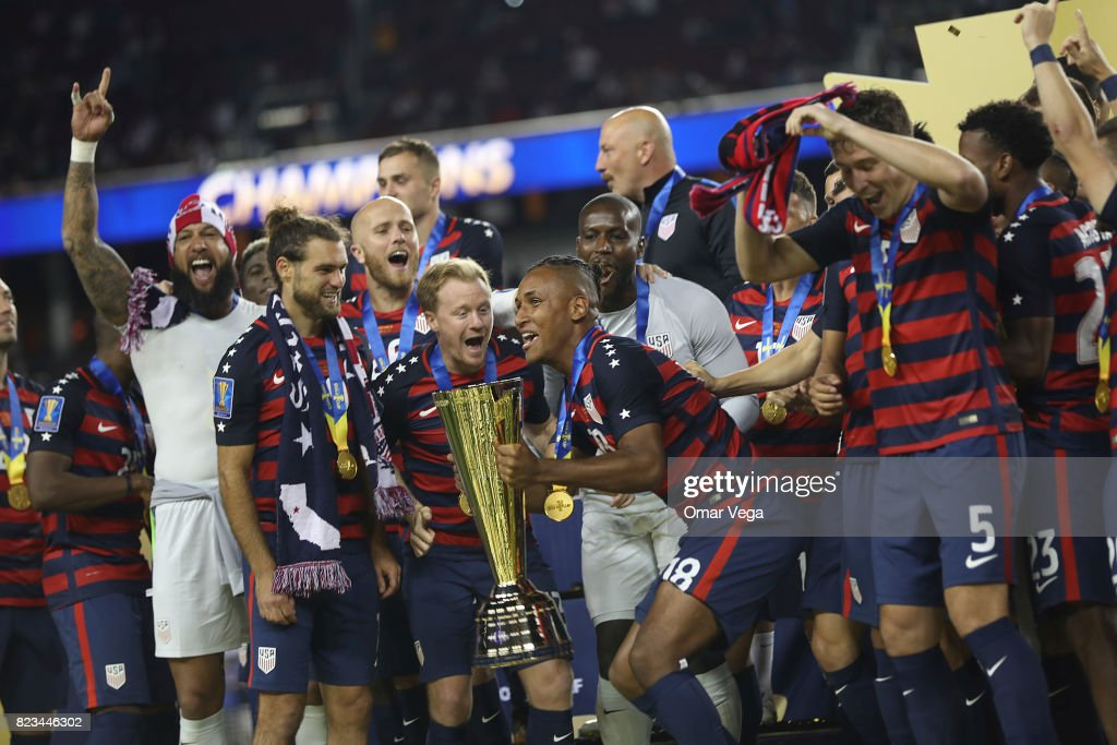 Players of United States celebrate with the trophy after winning the CONCACAF Gold Cup 2017 final match between United States and Jamaica at Levi's Stadium on July 26, 2017 in Santa Clara, California.