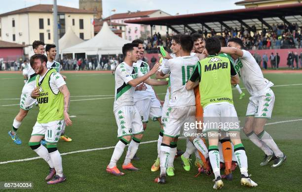 Players of US Sassuolo celebrate the victory after the Viareggio juvenile tournament match between FC Internazionale and US Sassuolo at Stadio...