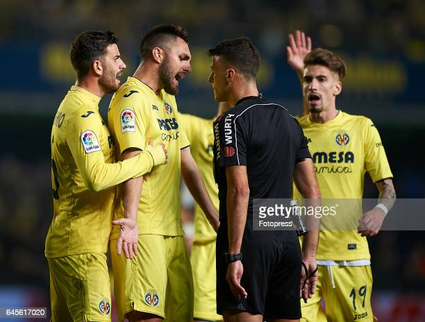 Players of Villarreal argues with the referee during the La Liga match between Villarreal CF and Real Madrid at Estadio de la Ceramica on February 26...