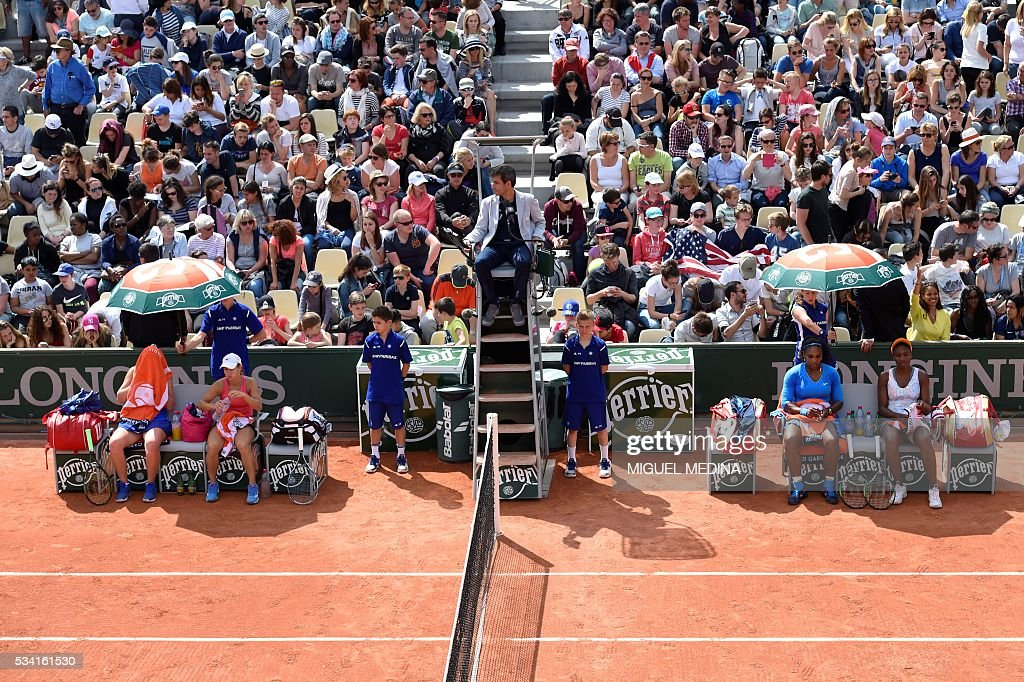 US players Serena Williams (2nd R) and Venus Williams (R) during their women's first round double match against Latvia's Jelena Ostapenko and Kazakhstan's Yulia Putintseva at the Roland Garros 2016 French Tennis Open in Paris on May 25, 2016. / AFP / MIGUEL