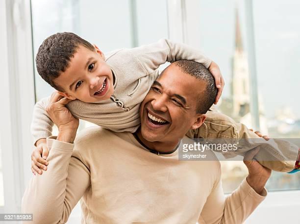 Spielerisch afrikanische amerikanische Vater und Sohn.