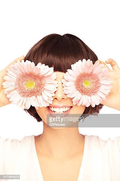 Verspielte Brunette vor Ihren Augen mit Rosa Blumen