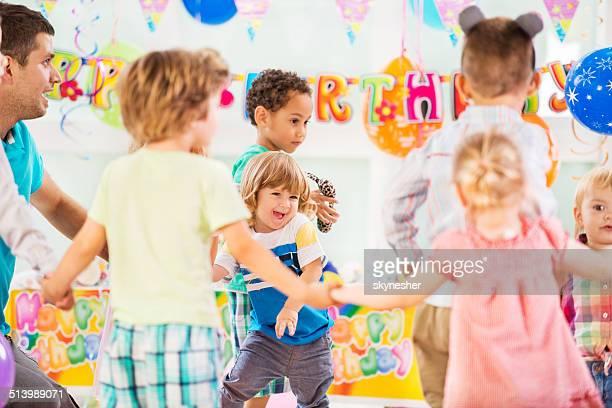 Brincalhão crianças na festa de aniversário.