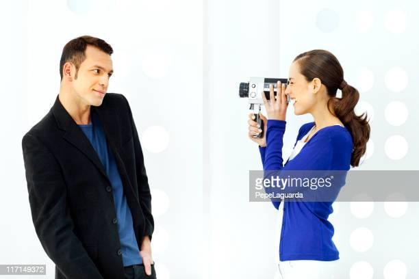 Divertida pareja con anticuado cámara de vídeo