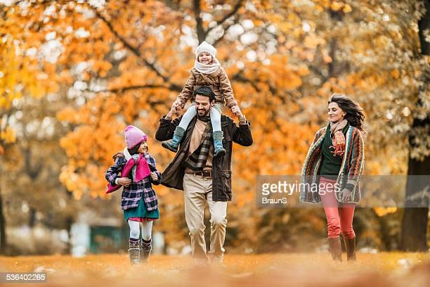 Spielerische Familie im Freien.