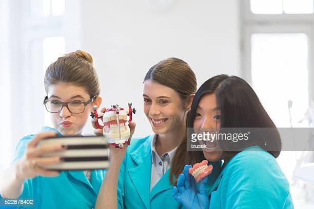 Allegro femmine apprendimento protesti per odontoiatria, scattare selfie