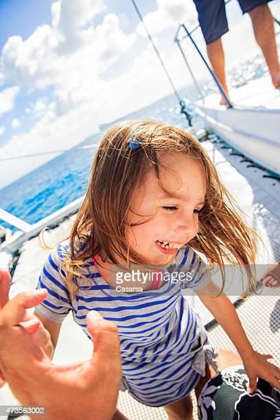 Verspielte Mädchen auf einer Reise mit einem Segelboot