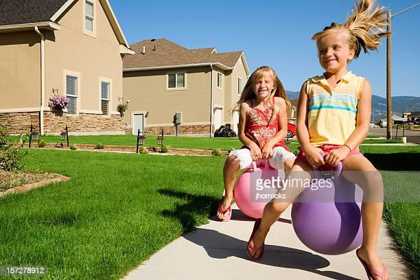 Lustige Kinder auf lebhaften Spielzeug