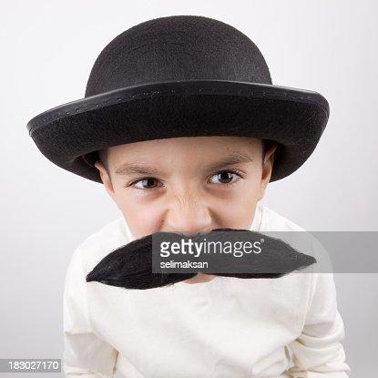 遊び心のあるリトルビッグボーイには、ハンドルバーのひげ、帽子