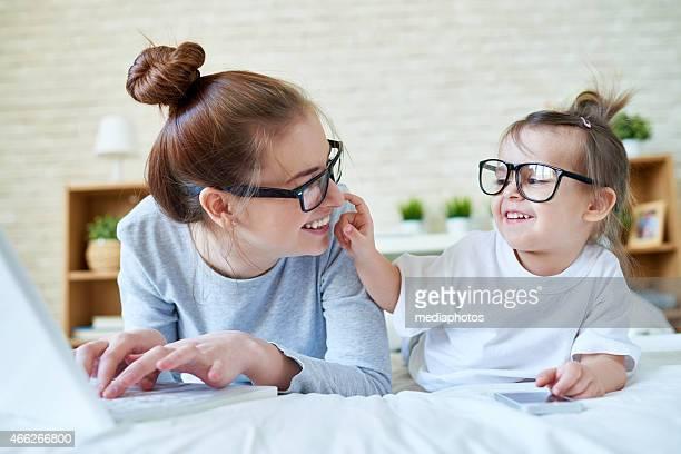 Verspielte Mutter und Tochter