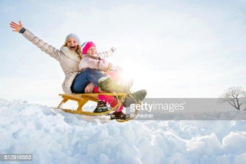 Alegre Madre e hija en invierno.