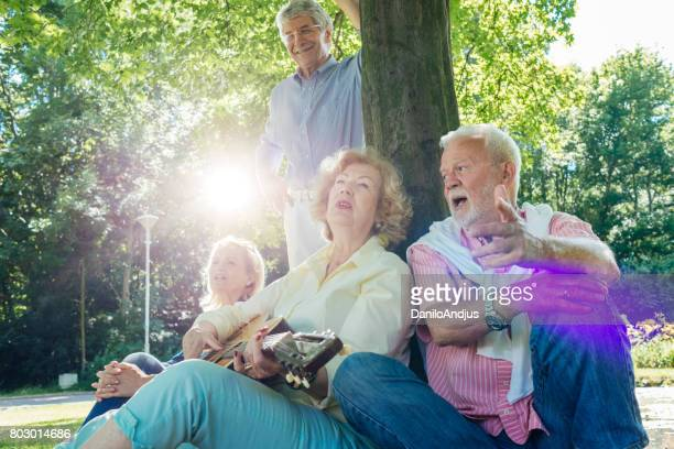 personnes âgées ludiques, s'amuser, chanter et bénéficiant d'un parc ensemble