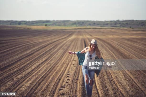 Femme ludique s'amuser sur le terrain labouré