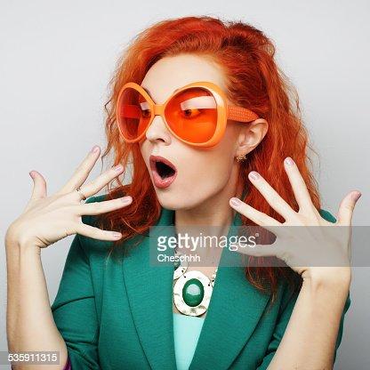 Mujeres jóvenes juguetones con unas gafas de partido. : Foto de stock