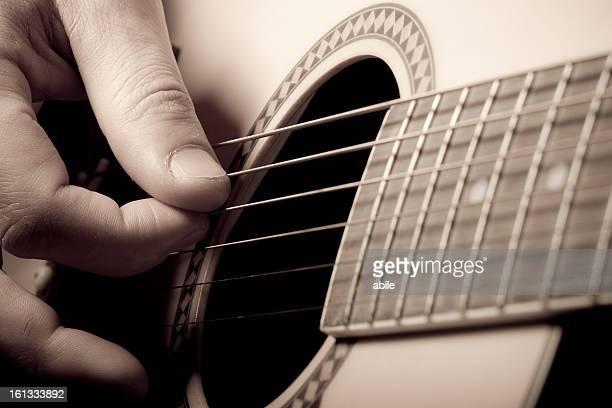 Spielen Akustikgitarre