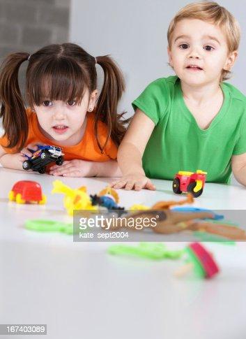 遊ぶお子様 : ストックフォト