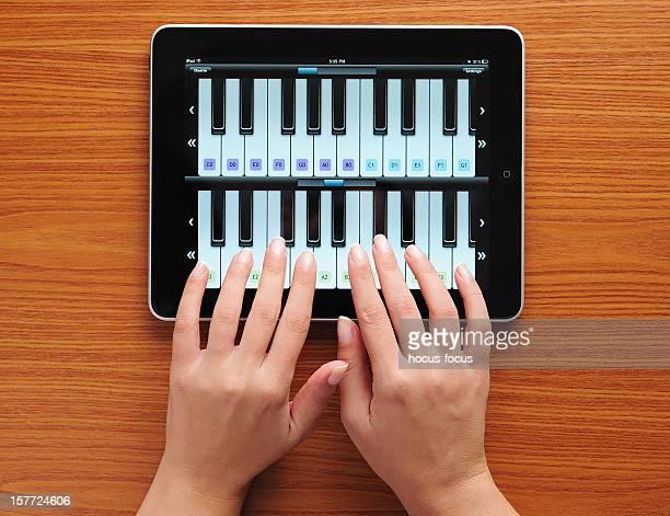 Spielt Klavier mit iPad