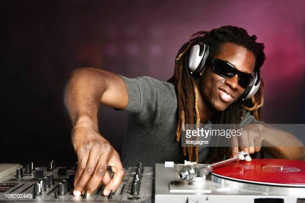 DJ jouant dossier