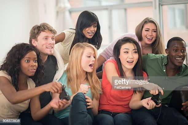 Jogar jogos de vídeo no sofá