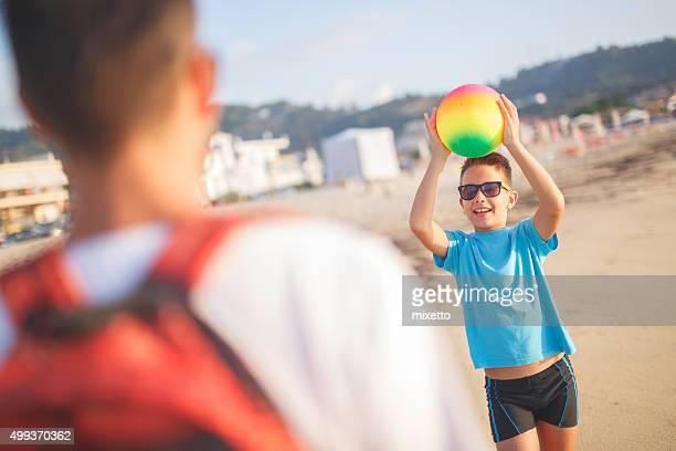 Jugando con pelota en la playa