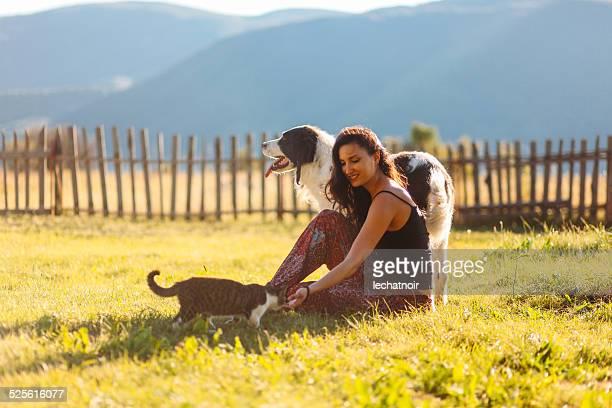 Giocando con i cani e i gatti nella natura