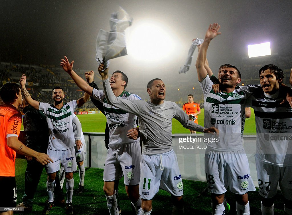 Plaza Colonia players celebrate after defeating Penarol by 2 to 1 and winning the Uruguayan Clausura tournament in Montevideo on May 29, 2016. / AFP / MIGUEL