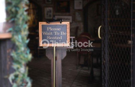 Bitte Wartezeit Bei Tischzuweisung Stock Foto Thinkstock