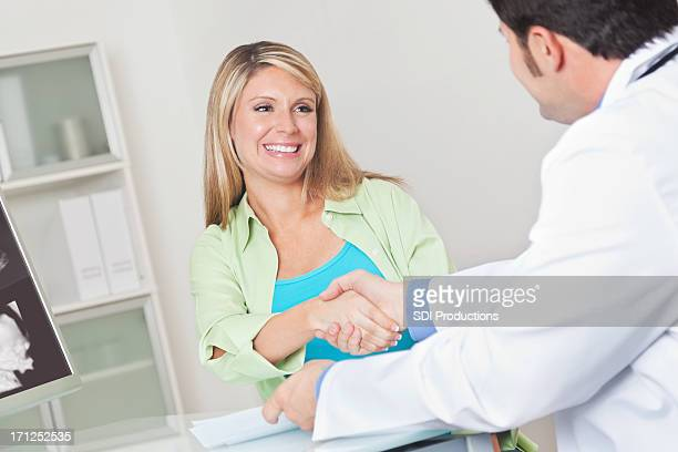 Gerne schwangere Frau mit dem Ihr Arzt hand nach sonogram Besuchen Sie