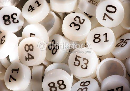 Una gran cantidad de plástico blanco Bingo partido números   Foto de stock 511d308ccbe9