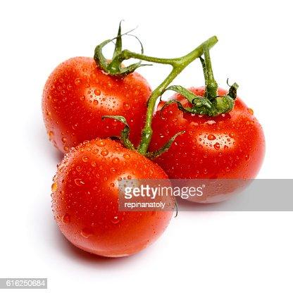 Plum tomates con hojas sobre fondo blanco : Foto de stock