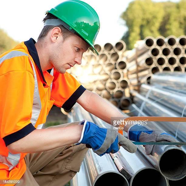 Fontanero de trabajo con tuberías de pvc. Conjunto de aguas residuales.