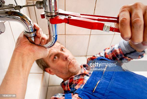 Plombier fixation lavabo dans la salle de bains