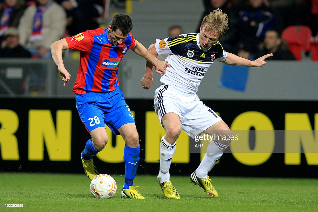Plzen's Marian Cisovsky (L) fights for the ball with Fenerbahce's Dirk Kuyt (R) during the UEFA Europa League Round of 16 first leg football match FC Viktoria Plzen vs Fenerbahce SK in Plzen, Czech Republic, on March 7, 2013.